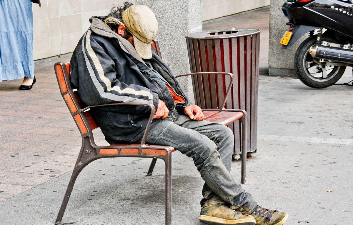Un sans domicile fixe dort dans la rue.  – GILE MICHEL/SIPA