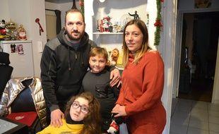 Manon et sa famille, dans leur appartement à Montpellier