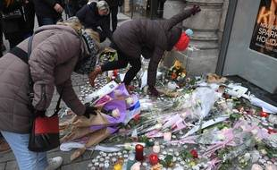 Des fleurs dans le marché de Noël de Strasbourg pour rendre hommage aux victimes de l'attentat. Photo by Patrick HERTZOG / AFP.