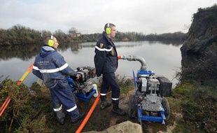 L'étang, où le corps démembré et incomplet de Laëtitia a été retrouvé est vidé, le 3 février 2011, à Lavau-sur-Loire.