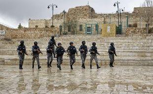 Le 19 décembre 2016. Des forces de sécurité patrouillent dans la citadelle jordanienne de Karak après l'attaque terrorisme qui l'a visé le 18 décembre