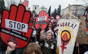 Une manifestation contre un projet de loi anti-avortement a réuni des milliers de personnes en Pologne, le 23 mars 2018.