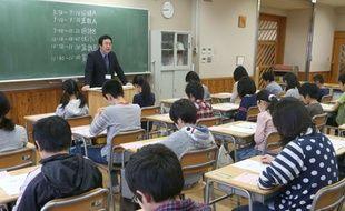 Des écoliers de primaire japonais passent un examen, à Tokyo, le 24 avril 2013.