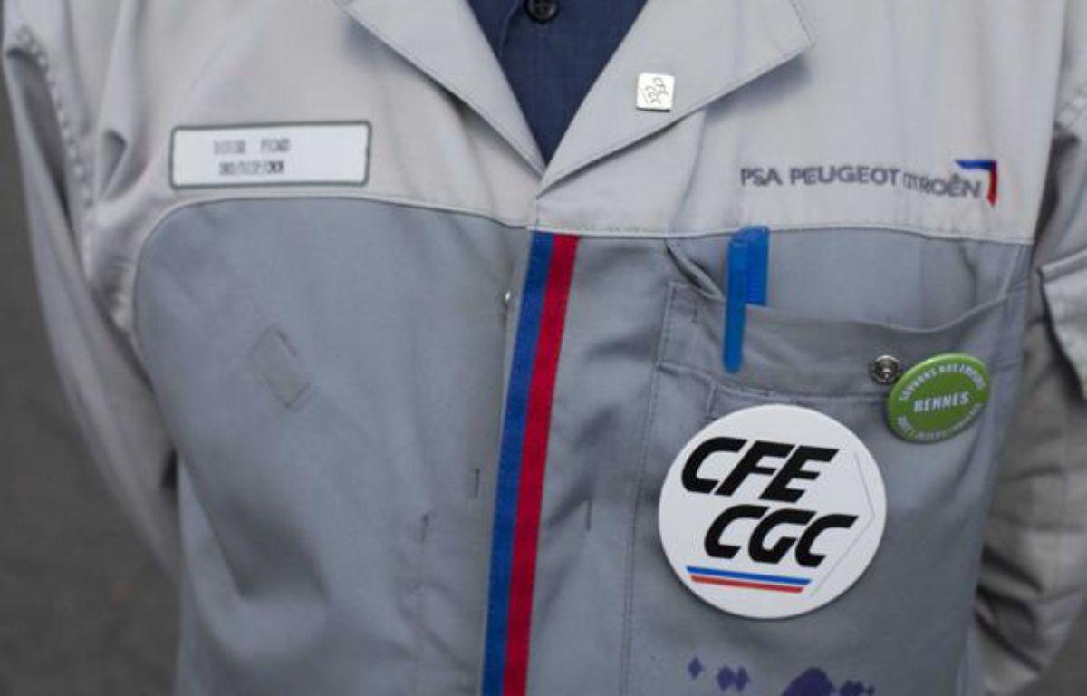 Un responsable de la CFE/CGC de l'usine de Rennes-La Janais devant l'usine  PSA Peugeot Citroen- La Janais en août 2012.  –  F.LEPAGE/SIPA