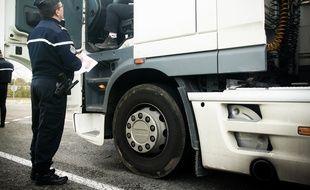 Contrôle de papiers de la Gendarmerie avec un routier sur une aire d'autoroute. 16/11/11 Castelnaud-d'Estrétefonds