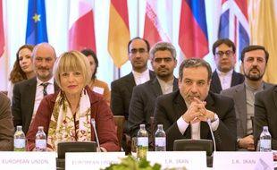 Helga Schmid, secrétaire générale du Service européen d'actions extérieures et Abbas Araghchi, ministre des Affaires étrangères iranien, le 28 mai 2019 à Vienne.