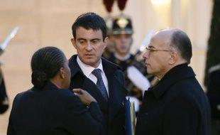 Le Premier ministre Manuel Valls entre la ministre de la Justice Christiane Taubira et le ministre de l'Intérieur Bernard Cazeneuve le 8 janvier 2015 à l'Elysée à Paris