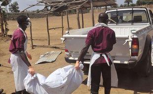 Des travailleurs de santé portent le corps d'une personne tuée par le virus Ebola, au Liberia le 27 février 2015.