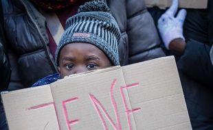 Environ 500 personnes ont manifeté le 25 novembre 2017 contre l'esclavage moderne, domestique et en Libye.