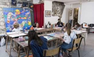 Illustration d'un Groupe d'enfants retournant à l'école.Montrouge,02/05/2020.
