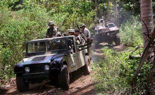 Des soldats philippins en patrouille à Indanan, sur l'île de Jolo, le 25 février 2005