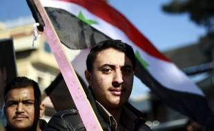 Un manifestant syrien demande la protection de l'armée face à une possible attaque turque sur la ville kurde de Qamishli, le 23 décembre 2018.