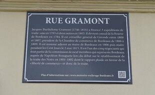 La plaque de la rue Grammont à Bordeaux a été modifié pour rajouter une mise en contexte sur les actes de ce dernier