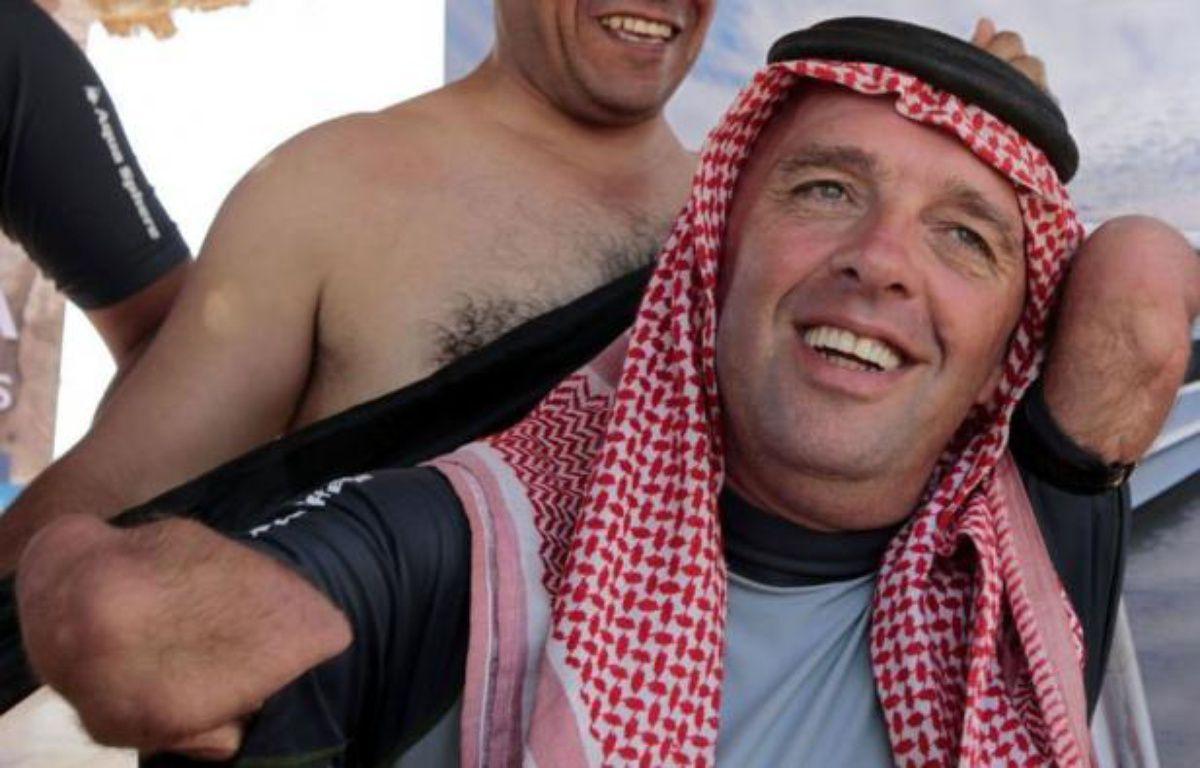 Philippe Croizon, le nageur français quadruple amputé, a traversé jeudi la mer Rouge malgré la canicule, entre la station balnéaire égyptienne de Taba et le port jordanien d'Aqaba, a constaté un journaliste de l'AFP. – Khalil Mazraawi afp.com