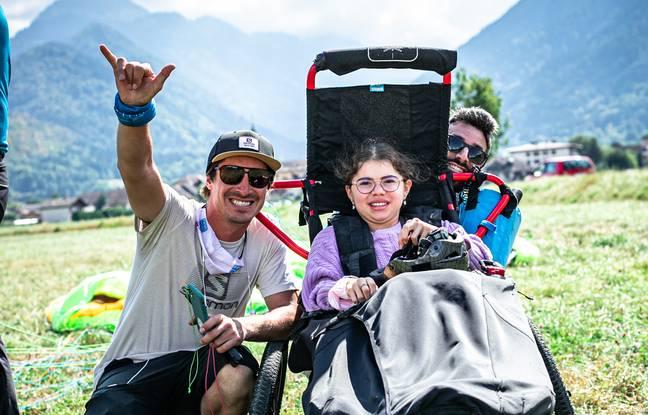 Eliot Nochez accompagne de nombreux enfants depuis le début du projet Nos Etoiles Volantes, comme ici Mouniré, qui a découvert le parapente ce mois-ci à ses côtés.