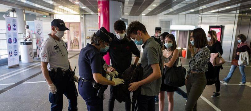 Des policiers procèdent à des fouilles, ici au métro Jean Jaurès à Toulouse, à la recherche de stupéfiants