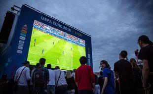 Illustration d'une retransmission de l'Euro 2016 sur écran géant, ici à Lyon, lors du match France Roumanie.