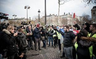 Les journalistes en train de couvrir la quatrième journée de manifestation des gilets jaunes.