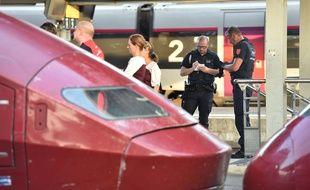Policiers près d'un train Thalys en gare d'Arras après une fusillade le 21 août 2015.