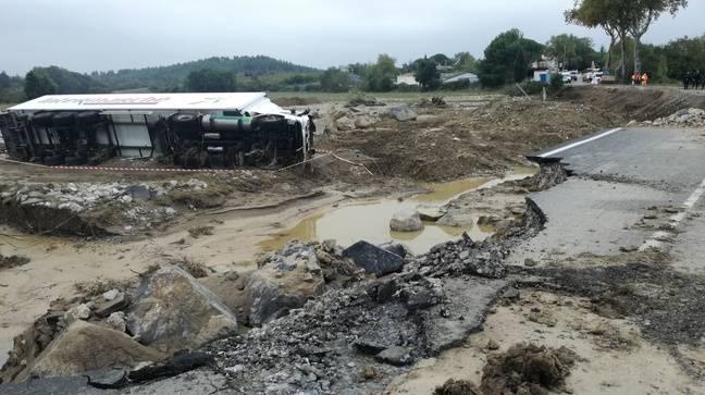 Un poids-lourd échoué à Villalier dans l'Aude, son conducteur fait partie des victimes des inondations.