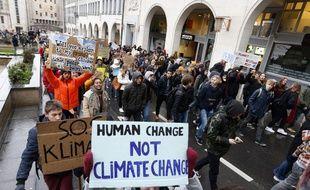 Des étudiants manifestent à Bruxelles ce jeudi 17 janvier pour presser les adultes d'agir contre le réchauffement climatique.