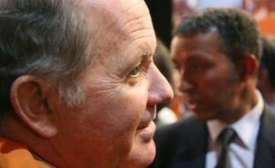 Les oreilles du député villepiniste François Goulard ont sifflé mardi en réunion du groupe UMP à l'Assemblée nationale, ses pairs, à l'unisson de François Fillon, dénonçant sa présence au meeting anti-tests ADN organisé au Zénith par SOS Racisme.