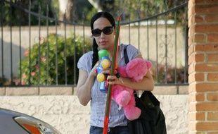 Nadya Suleman, mère d'octuplés nés à Los Angeles en janvier 2009, arrive dans sa nouvelle maison le 23 mars 2009.