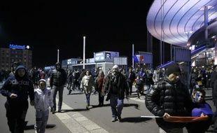 Des supporteurs de l'équipe de France de foot quittent le Stade de France après un match amical contre l'Allemagne au Stade de France, le 13 novembre 2015 à Saint-Denis, près de Paris