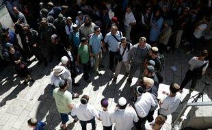 Des juifs religieux nationalistes et des responsables politiques israéliens de droite rassemblés près du site sensible de l'esplanade des Mosquées à Jérusalem pour rendre hommage à Hallel Yaffa Ariel, le 12 juillet 2016