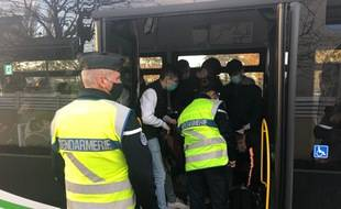 Contrôle des attestations dans un bus à Sainte-Luce près de Nantes, le 12 novembre 2020
