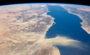 Un nuage de poussières sahariennes survole la mer Rouge.