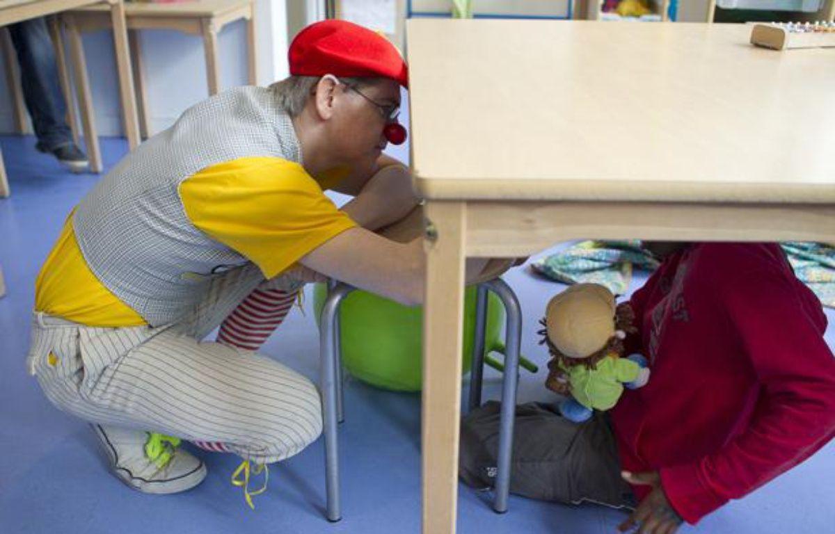 Le clown Ficelle intervient auprès des enfants autistes à l'Institut médico-éducatif Notre École (IME) à Paris dans le 15e, le 23 avril 2013. – A. GELEBART / 20 MINUTES