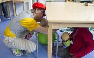 Le clown Ficelle intervient auprès des enfants autistes à l'Institut médico-éducatif Notre École (IME) à Paris dans le 15e, le 23 avril 2013.