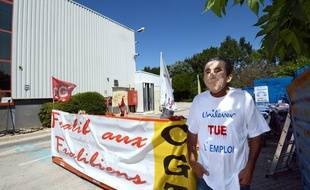 Un  salarié de l'usine Fralib manifeste devant l'entrée de l'usine de Gémenos (Bouches-du-Rhône), le 26 juillet 2012.