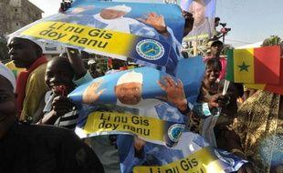 """L'Union africaine a proposé une """"feuille de route"""" prévoyant que le président sortant Abdoulaye Wade, 85 ans, à la candidature contestée, quitte le pouvoir dans deux ans s'il est réélu, pour mettre fin aux violences au Sénégal, à la veille du premier tour de la présidentielle."""