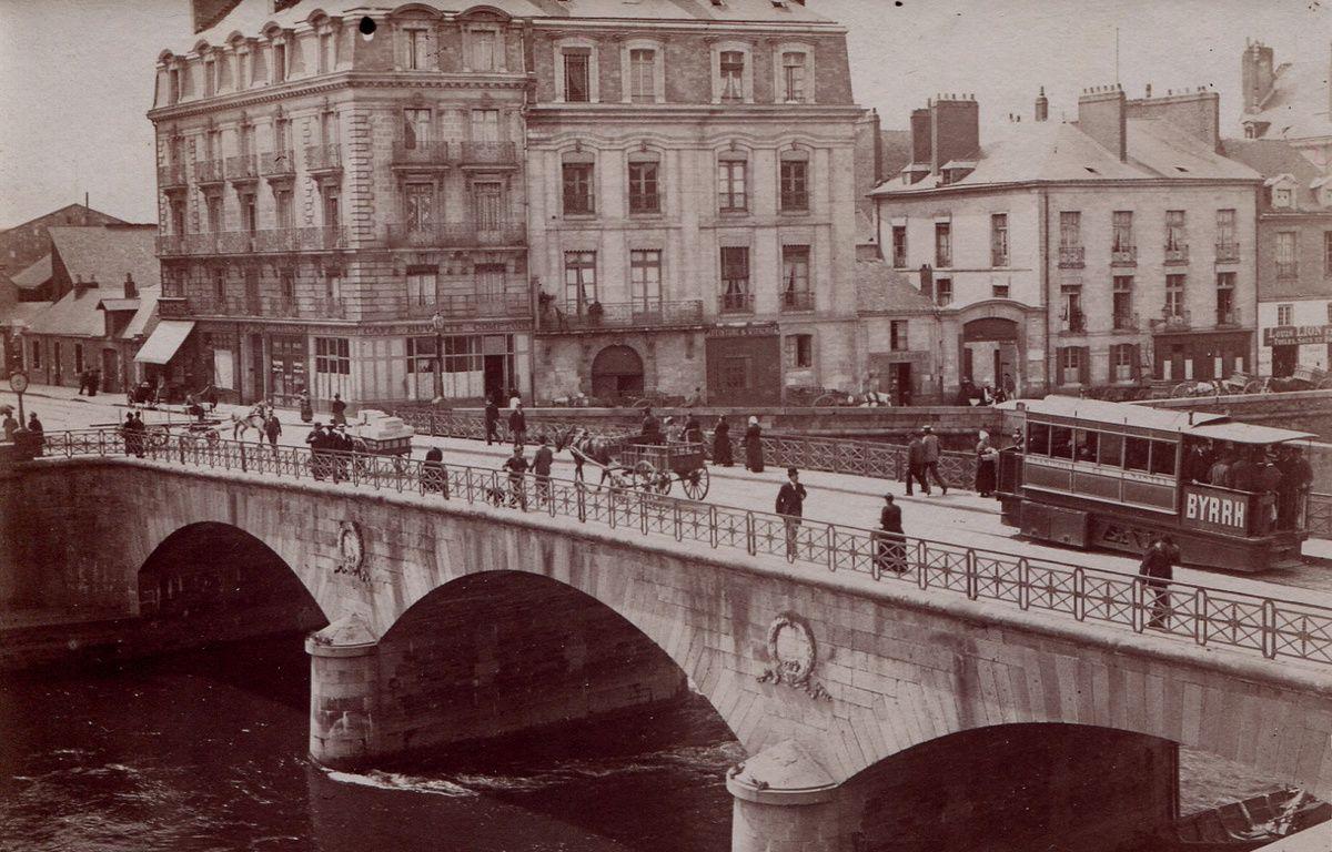 Le pont qui relie Hôtel Dieu à République (aujourd'hui pont Haudaudine) – V. Girard/ Famille Quennec