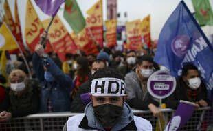 Les partisans du Parti  pro-kurdes HDP, se rassemblent à Istanbul, le samedi 20 mars 2021 pour revendiquer plus de droits pour la minorité kurde et affirmer son identité ethnique.
