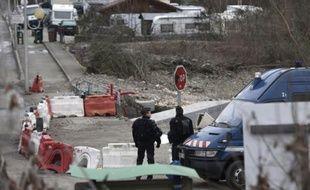 Des gandarmes montent la garde le 18 janvier 2016 aux abords d'un camp du voyage à Moirans, en Isère