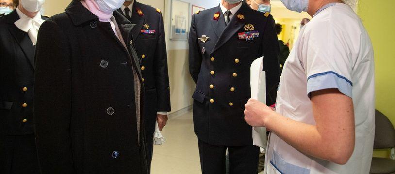 La ministre des Armées, Florence Parly, en visite à l'hôpital d'instruction des armées Bégin, à Saint-Mandé le 7 mars 2021.
