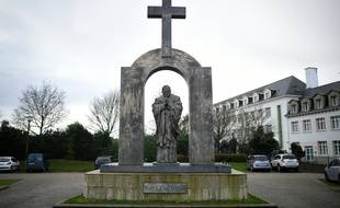 La statue de Jean-Paul II est installée depuis 2006 sur une place publique de Ploërmel.