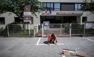 Marquage au sol de distanciation physique, devant l'école Henri-Poincaré d'Asnières-sur-Seine, le 7 mai 2020.