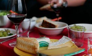 Une assiette de fromage accompagnée de vin.
