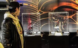 Daniel Prada devant les vitrines des Fans contre-attaquent