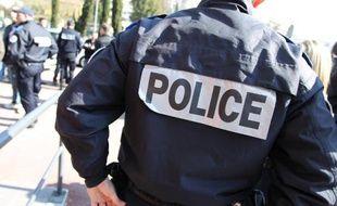 Une femme de 60 ans qui rentrait chez elle vendredi à son domicile de Sartrouville (Yvelines) a été agressée par un jeune homme et un enfant qui lui ont volé une bague de valeur sous la menace d'un cutter, a-t-on appris dimanche de source policière.