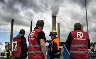 Des salariés bloquent la raffinerie Total de Feyzin, le 23 mai 2016, pour protester contre le projet de loi travail.