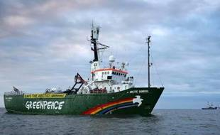 """Peter Willcox, capitaine de l'Arctic Sunrise, le navire de Greenpeace arraisonné le 19 septembre en Arctique et dont les 30 membres de l'équipage sont incarcérés et inculpés de """"piraterie"""", a dit lundi avoir """"beaucoup de regrets""""."""