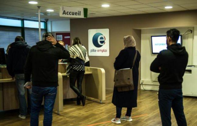 Une employée de Pôle emploi discute avec une chômeuse à Lille le 16 décembre 2015