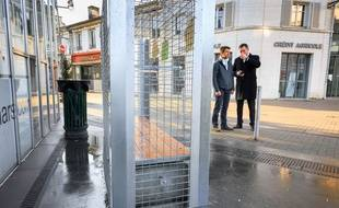 Neuf bancs publics d'Angoulême ont été entourés de grillages anti-sdf, mecredi 24 décembre, à la veille de Noël.
