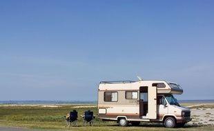 Un camping-car devant une plage de Bretagne.