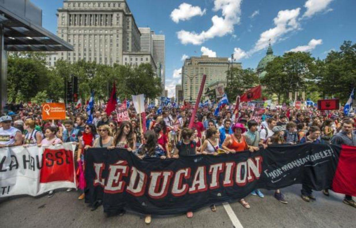 Après deux semaines d'accalmie, au moins dix à vingt mille étudiants et citoyens de tous bords sont descendus vendredi dans les rues de Montréal et de Québec pour protester contre la hausse des droits de scolarité dans la province francophone. – Rogerio Barbosa afp.com